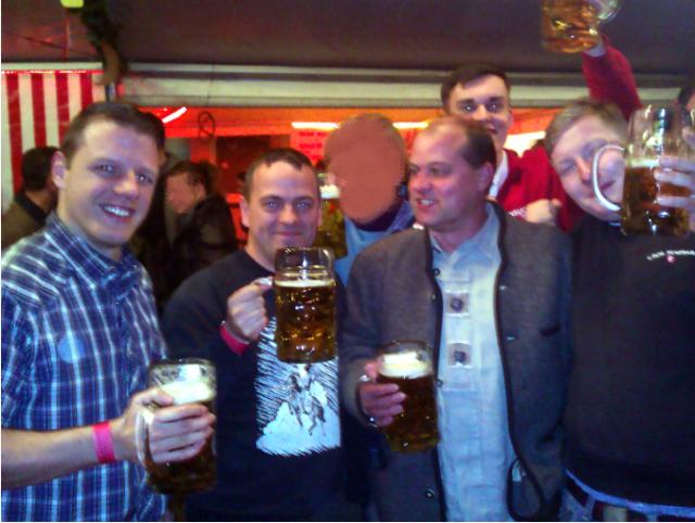 Bemühen sich um Bürgernähe: Florian Stein (Schöneiche), Andre Herbon (Eggersdorf),Klaus Beier (Reichenwalde), Eric Lademann (Storkow), Pierre Jahrmattar (Storkow) (v.l.n.r.) am 27.10.2012 auf einem Oktoberfest in Kummersdorf.