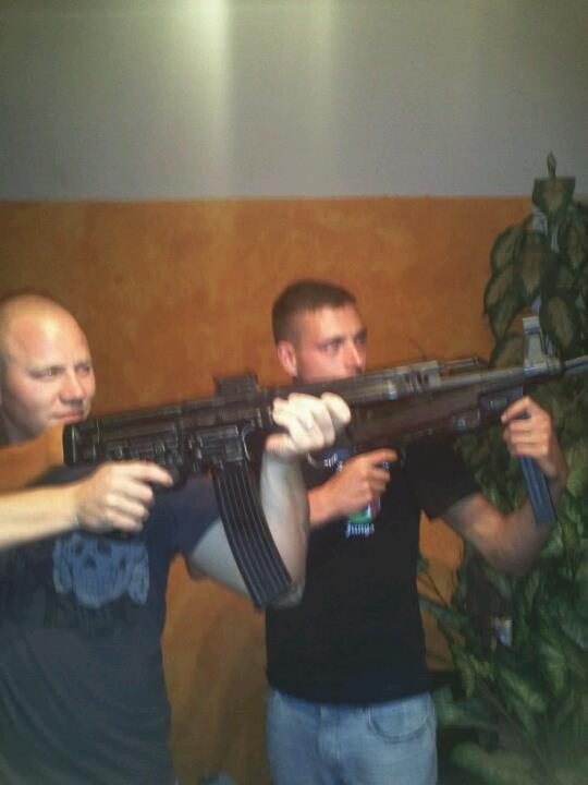 Präsentieren sich gewaltbereit: Martin Wilke (links) und Andy Köpke mit Waffenmodellen der Wehrmacht in der Wohnung von Mario Müller in der Leipziger Straße 168.