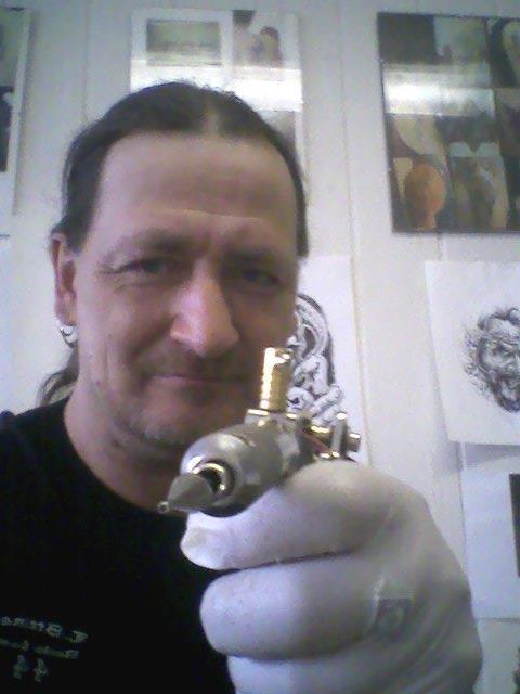 Mario Müller in seinem Tattoostudio in der Sophienstraße 23. (Quelle: Facebook)