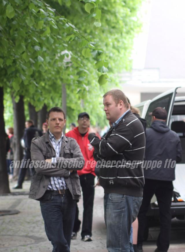Angesichts des Gegenprotest in Frankfurt schauen die Mitglieder des Landesvorstands und Spitzenkandidaten ihrer Partei zu den Kommunalwahlen Florian Stein (links) und Ronny Zasowk bedrückt. (foto: pressedienst frankfurt (oder))