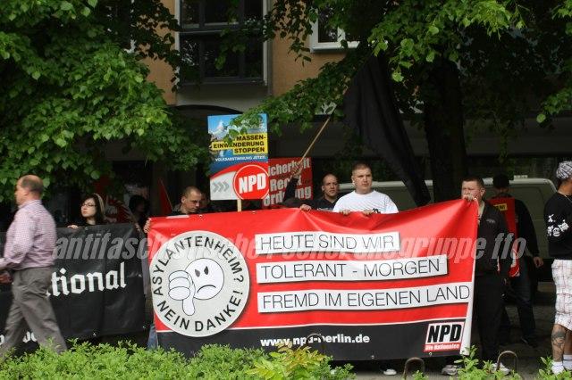 Frankfurter Neonazis am Transparent der NPD Berlin. In der Mitte versteckt, nur mit Basecap sichtbar: Mario Schreiber. (foto: pressedienst frankfurt (oder))