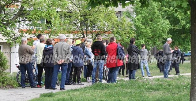 Interessierte Bürger_innen lauschen der NPD in Eisenhüttenstadt. Später schloßen sie sich den Neonazis an und nahmen Flyer entgegen. (foto: pressedienst frankfurt (oder))