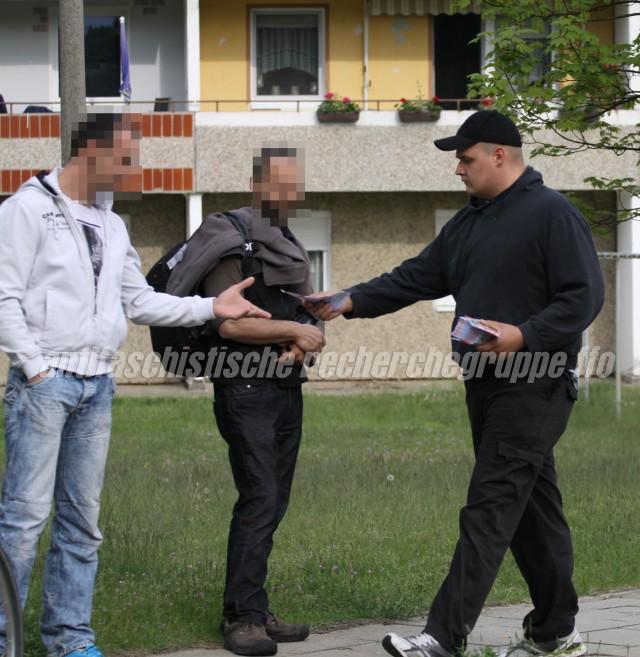 Martin Schlechte (rechts) beim Verteilen von Flyern am Rande einer NPD-Kundgebung am 1. Mai in Eisenhüttenstadt (Quelle: pressedienst frankfurt (oder).