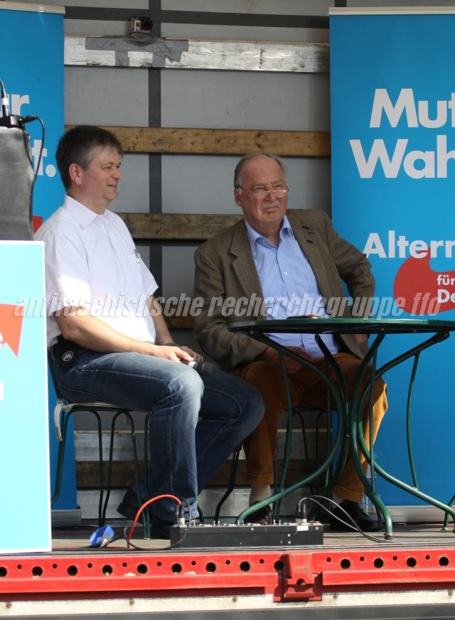 Die AfD und ihre Fans: Während Wilko Möller (l.) und der AfD-Landesvorsitzende Alexander Gauland (r.) auf einer Kundgebung am 6. September 2014 in Frankfurt (Oder) Wahlakampf machen ... (Foto: pressedienst frankfurt (oder))