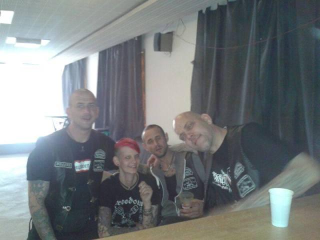 Blood Brothers am Feiern: Peer Koss, Franziska Koss, Marian Schulz und David Pfeiffer in Lederkutten und neonazistischen T-Shirts. (Screenshot von der Facebook-Seite von Peer Koss vom 10. September).