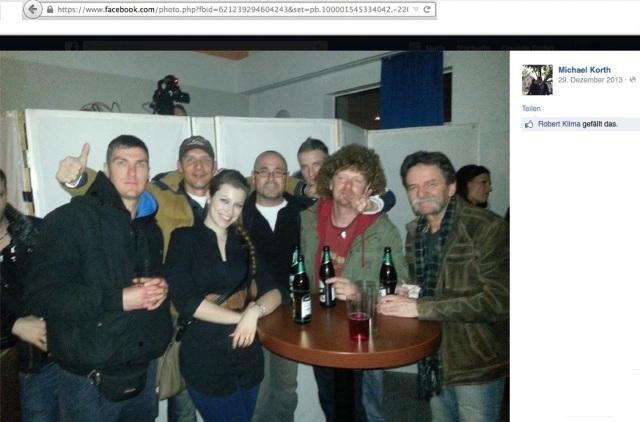 Mit alten Freunden feiert man gern: AfD-Abgeordneter Michael Korth (hinten, mit Daumen nach oben) auf einem Konzert, zusammen mit Rocco Kilz (mitte,  mit Brille) am 28. Dezember 2013 im Frankfurter Mikado.  (Screenshot von der Facebook-Seite von Michael Korth vom 23. November).